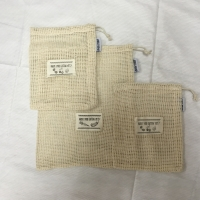 China Reusable organic cotton mesh produce bag with drawstring and label tag for grocery shopping fruit vegetable bag on sale